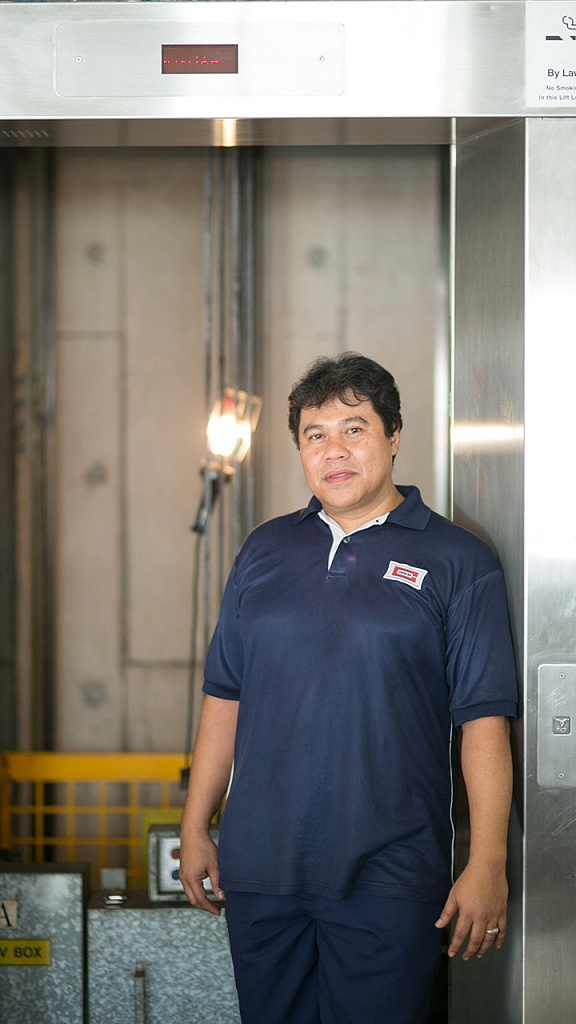 Working as a team with Patrick is 49-year-old Zulkifli Bin Yusof, who is a lift technician as well (Photo Source: NTUC)