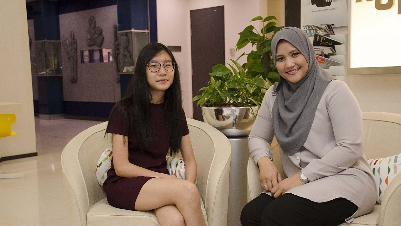 Initially unsure about her future, 23-year-old Yam Su Xian managed to gain greater clarity on different jobs that would suit her through help from her mentor, Zuhaina Ahmad.