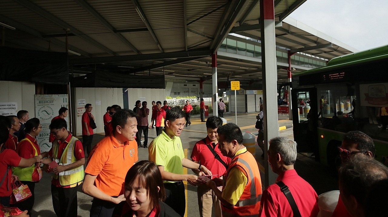 To show them appreciation for putting duty ahead of self, NTWU Executive Secretary Melvin Yong and NTUC Secretary-General visited workers from our four public transport operators on the first day of Lunar New Year this year.