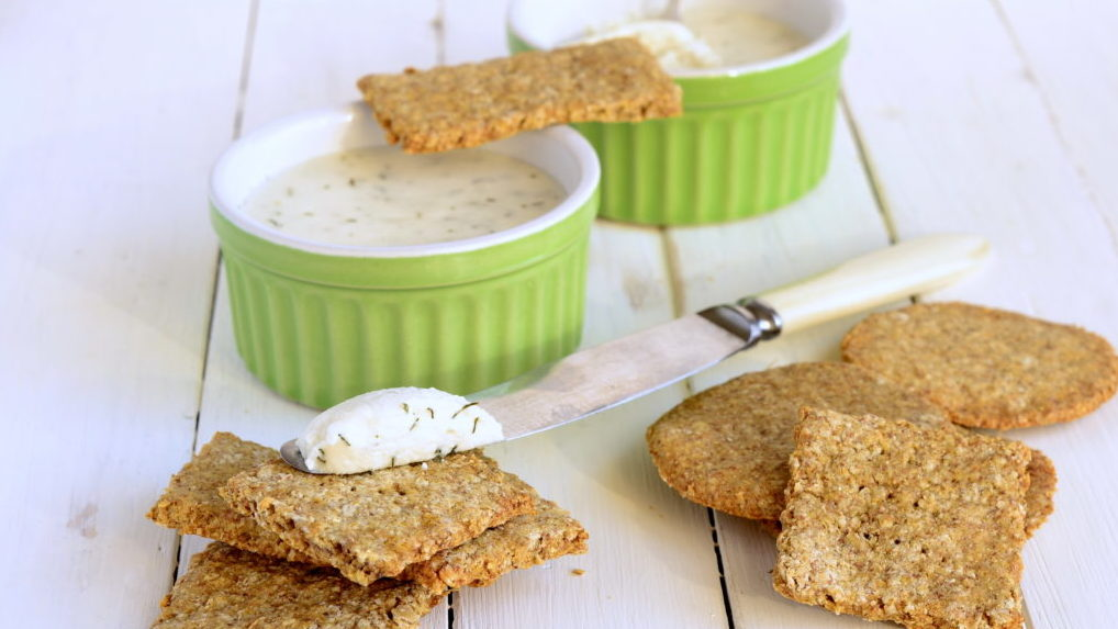 Wholemeal crackers and cheese